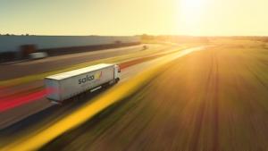 Ein Truck mit dem Saloodo!-Logo fährt gen Sonnenuntergang.