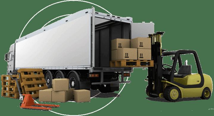 Ein Gabelstapler belädt den Truck eines Transportunternehmens mit Fracht.