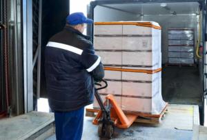 Ein Logistiker belädt seinen LKW für den nächsten Transport.