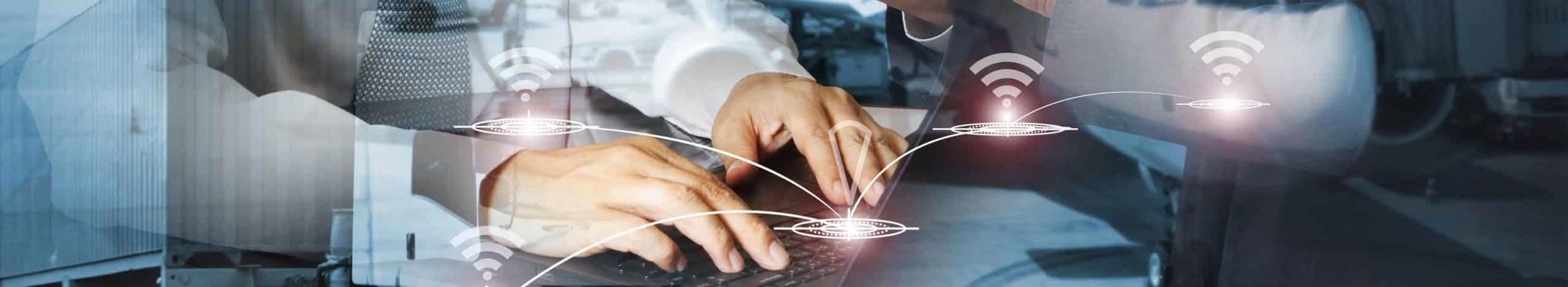 Ein Mann benutzt ein interakrives Display zu Eingabe seiner Daten.