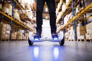 Ein Lagerlogistik Mitarbeiter benutzt neue digitale Technologien für bessere Logistikprozesse.