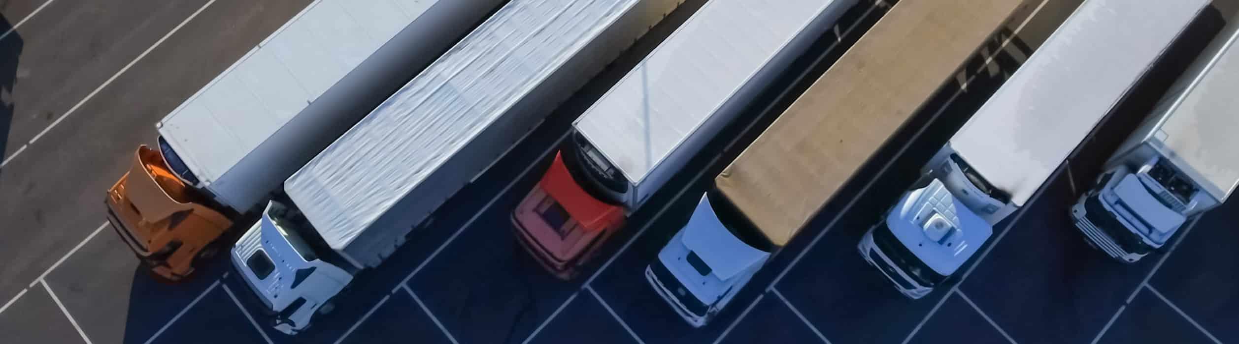 Symbolbild mit LKW auf einem Parkplatz zum Thema LKW-Fahrer müssen für die Verbringung der wöchentlichen Ruhezeit im LKW keinen Nachweis vorlegen