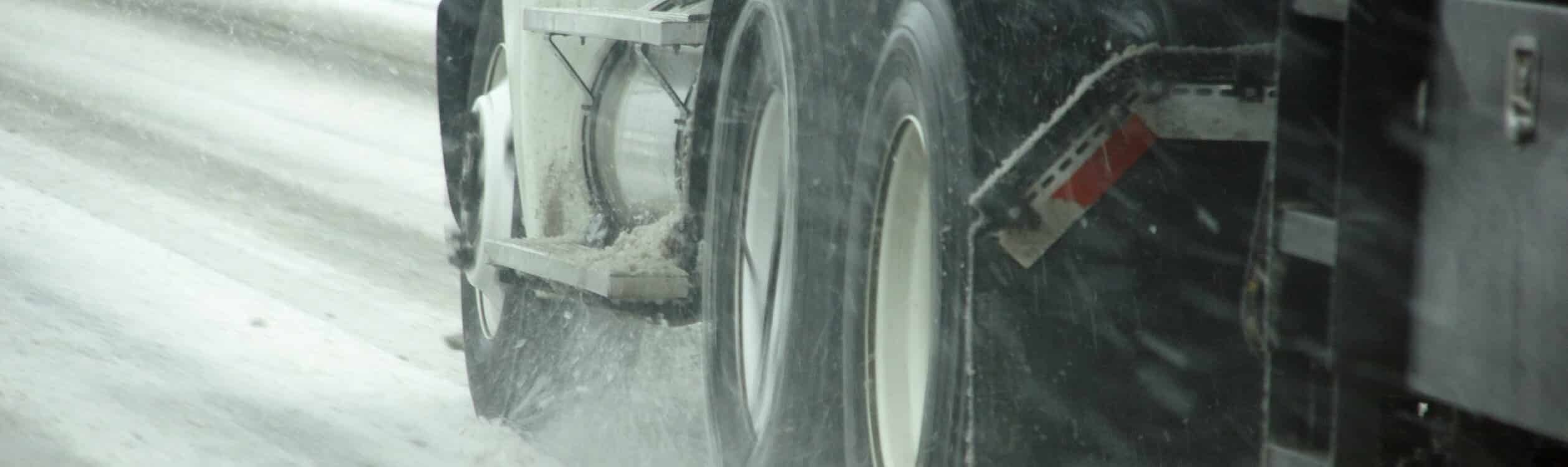Symbol picture with truck in the snow to the article about the truck winter tyre obligation.