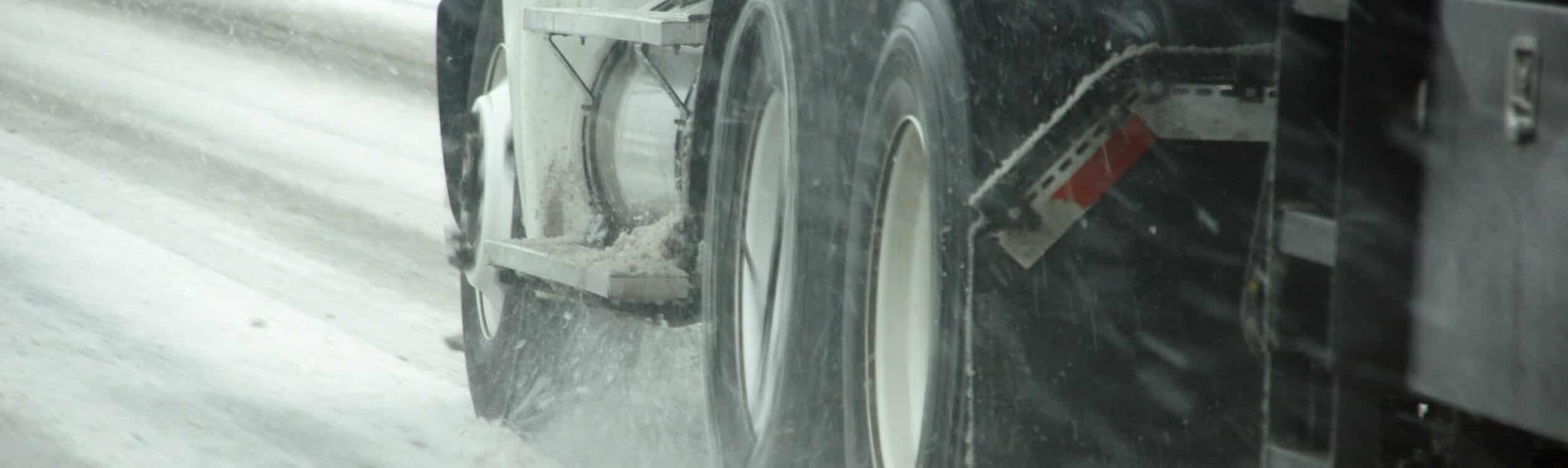 Symbolbild mit LKW im Schnee zum Artikel über die LKW-Winterreifenpflicht.