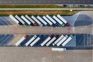 Luftaufnahme von Lastwagen, die auf einem Parkplatz stehen
