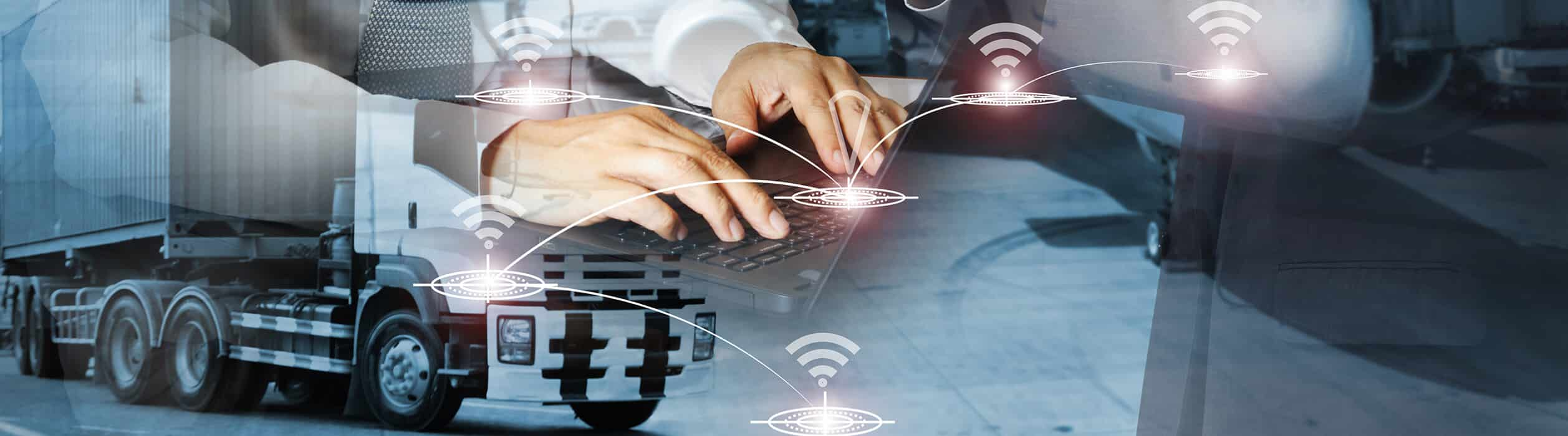 Mann hält Tablet in der Hand und benchmarkt Beschaffungslogistik