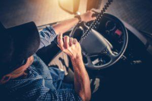 LKW-Fahrer im Führerhaus