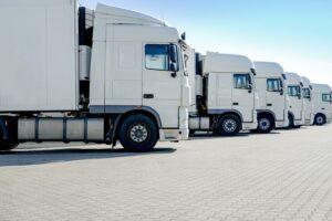 LKW stehen in einer Reihe