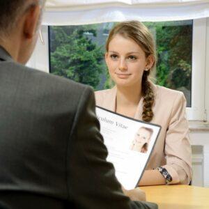 Frau im Business-Outfit bei einem Vorstellungsgespräch