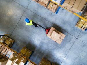 Warehouse worker pulls parcels onto europallet