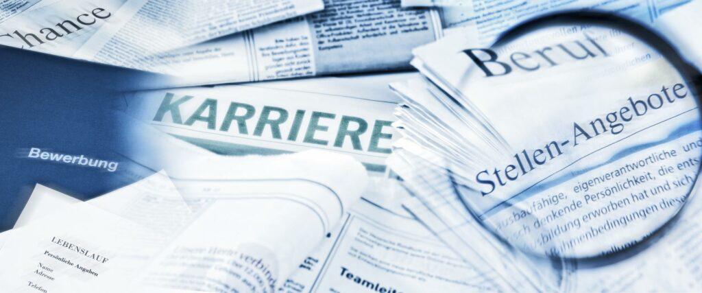 Bild von übereinander gestapelten Zeitungen